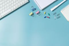 Τοπ πληκτρολόγιο, σημειωματάριο, μάνδρα, paperclip ή αντικείμενο άποψης για το γραφείο επάνω στοκ εικόνα με δικαίωμα ελεύθερης χρήσης