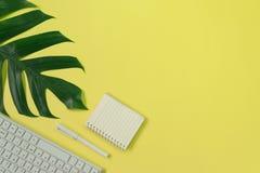 Τοπ πληκτρολόγιο, σημειωματάριο, μάνδρα, paperclip ή αντικείμενο άποψης για το γραφείο SU Στοκ Φωτογραφίες