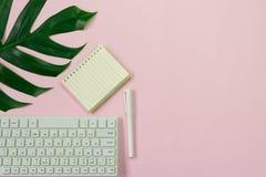 Τοπ πληκτρολόγιο, σημειωματάριο, μάνδρα, paperclip ή αντικείμενο άποψης για το γραφείο SU Στοκ Εικόνες