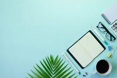 Τοπ πληκτρολόγιο, σημειωματάριο, μάνδρα, paperclip ή αντικείμενο άποψης για το γραφείο SU Στοκ εικόνες με δικαίωμα ελεύθερης χρήσης