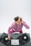 Τοπ πορτρέτο άποψης του DJ που αναμιγνύει και που περιστρέφει Στοκ Φωτογραφία