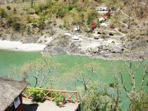 Τοπ ποταμός, βουνό και άποψη οικοδόμησης στοκ εικόνα με δικαίωμα ελεύθερης χρήσης