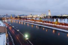 Τοπ ποταμός και Μόσχα Κρεμλίνο της Μόσχας άποψης στη χειμερινή νύχτα Στοκ εικόνα με δικαίωμα ελεύθερης χρήσης