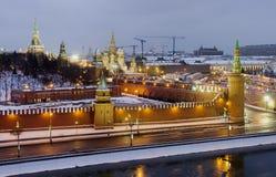 Τοπ ποταμός και Μόσχα Κρεμλίνο της Μόσχας άποψης στη χειμερινή νύχτα Στοκ Εικόνες