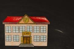 Τοπ πρότυπο άποψης με το ζωηρόχρωμο σχολικό κτίριο σχεδίων σε έναν πίνακα με το διάστημα αντιγράφων r στοκ εικόνες με δικαίωμα ελεύθερης χρήσης