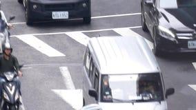 Τοπ πυροβολισμός της κυκλοφοριακής ροής στο δρόμο κατά τη διάρκεια της ώρας κυκλοφοριακής αιχμής απόθεμα βίντεο