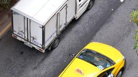 Τοπ πυροβολισμός της κυκλοφοριακής ροής στο δρόμο κατά τη διάρκεια της ώρας κυκλοφοριακής αιχμής φιλμ μικρού μήκους