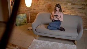 Τοπ πυροβολισμός της νέας ξανθής συνεδρίασης έφηβη στον καναπέ και της προσοχής με το μεγάλο ενδιαφέρον στην ταμπλέτα για το άνετ απόθεμα βίντεο