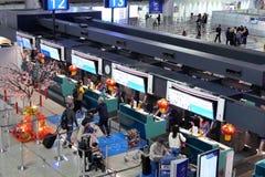 Τοπ πυροβολισμός των επιβατών που πηγαίνουν στον έλεγχο στα γραφεία στοκ φωτογραφία