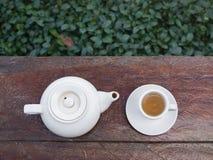 Τοπ πυροβολισμός - φλυτζάνι του τσαγιού και teakettle στον ξύλινο φραγμό στοκ φωτογραφία με δικαίωμα ελεύθερης χρήσης