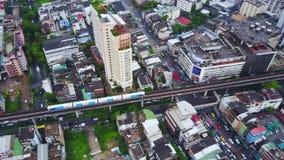 Τοπ πόλη άποψης και τραίνο ουρανού της Μπανγκόκ που βγαίνει από το σταθμό Τοπ άποψη της σύγχρονης μετάβασης πόλεων και traine απόθεμα βίντεο
