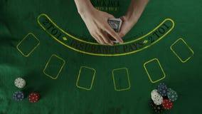Τοπ πλάνο όψης Ένα άτομο που μεταθέτει και που ασχολείται τις κάρτες στους φορείς απόθεμα βίντεο