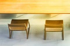 Τοπ πλευρά άποψης από τον ξύλινους πίνακα και την καρέκλα με το φως του ήλιου Στοκ Εικόνες