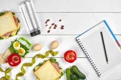 Τοπ σημειωματάριο προγραμματισμού άποψης με το διαστημικό και υγιές σάντουιτς προγευμάτων αντιγράφων με το ζαμπόν και το τυρί, αυ Στοκ φωτογραφίες με δικαίωμα ελεύθερης χρήσης