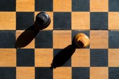 Τοπ στάση βασιλιάδων σκακιού άποψης στη σκακιέρα Στοκ εικόνες με δικαίωμα ελεύθερης χρήσης