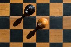 Τοπ στάση ενέχυρων σκακιού άποψης στον πίνακα σκακιού με τις σκιές Στοκ Φωτογραφία