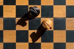 Τοπ στάση ιπποτών σκακιού άποψης στον πίνακα σκακιού με τις σκιές Στοκ εικόνα με δικαίωμα ελεύθερης χρήσης