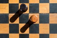 Τοπ στάση κορακιών σκακιού άποψης στον πίνακα σκακιού με τις σκιές Στοκ Φωτογραφία