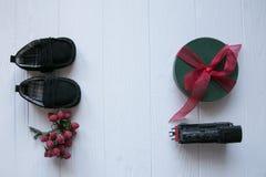 Τοπ σύνολο δώρων στο άσπρο ξύλινο υπόβαθρο , Παιχνίδια, παπούτσια μωρών, τραίνο παιχνιδιών, μούρα που οργανώνονται με το διάστημα Στοκ εικόνα με δικαίωμα ελεύθερης χρήσης