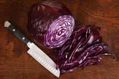 Τοπ τεμαχισμένο άποψη λάχανο με το μαχαίρι Στοκ Φωτογραφίες