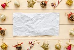 Τοπ τσαλακωμένες διακόσμηση και διακόσμηση Chrismas εγγράφου άποψης σημείωση επάνω Στοκ Εικόνα