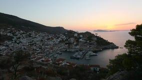 Τοπ λυκόφως άποψης του νησιού Hydra - κέντρο πόλεων και yaht μαρίνα μετά από το ηλιοβασίλεμα απόθεμα βίντεο