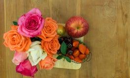 Τοπ φωτογραφία άποψης των φρούτων και των τριαντάφυλλων teak στον πίνακα Στοκ εικόνα με δικαίωμα ελεύθερης χρήσης