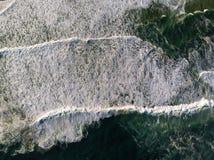 Τοπ φωτογραφία κηφήνων άποψης της παραλίας σε Barra DA Tijuca, Ρίο ντε Τζανέιρο, Βραζιλία Τα κύματα που συντρίβουν με ασπρίζουν,  Στοκ Φωτογραφία
