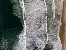 Τοπ φωτογραφία κηφήνων άποψης της παραλίας σε Barra DA Tijuca, Ρίο ντε Τζανέιρο, Βραζιλία Τα κύματα που συντρίβουν με ασπρίζουν,  Στοκ Φωτογραφίες
