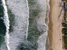 Τοπ φωτογραφία κηφήνων άποψης της παραλίας σε Barra DA Tijuca, Ρίο ντε Τζανέιρο, Βραζιλία Τα κύματα που συντρίβουν με ασπρίζουν,  Στοκ Εικόνες