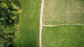 Τοπ φωτογραφία κηφήνων των αγροτικών βρώμικων δρόμων στοκ φωτογραφία με δικαίωμα ελεύθερης χρήσης
