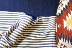 Τοπ φω'τα, κουβέρτα θωρακικών Α πλευρών πλευρών Μαλακά γενικά μαξιλάρια κρεβατιών η ατμόσφαιρα του coziness στοκ φωτογραφίες με δικαίωμα ελεύθερης χρήσης