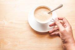 Τοπ φλυτζάνι καφέ άποψης με το διάστημα στον ξύλινο πίνακα Στοκ Εικόνες