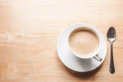 Τοπ φλυτζάνι καφέ άποψης με το διάστημα στον ξύλινο πίνακα Στοκ φωτογραφία με δικαίωμα ελεύθερης χρήσης