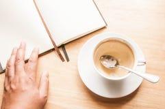 Τοπ φλυτζάνι καφέ άποψης την εργάσιμη ημέρα υπολογιστών γραφείου Στοκ Εικόνες