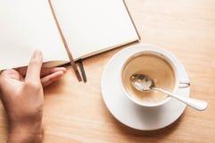 Τοπ φλυτζάνι καφέ άποψης την εργάσιμη ημέρα υπολογιστών γραφείου Στοκ Φωτογραφία