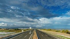 Τοπ χρονικό σφάλμα άποψης του αυτοκινητόδρομου κοντά στη θάλασσα, cloudscape απόθεμα βίντεο