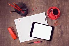 Τοπ χλεύη άποψης επάνω στο πρότυπο του γραφείου γραφείων με την ψηφιακά ταμπλέτα και το σημειωματάριο Εικόνα επιγραφών ηρώων Στοκ Φωτογραφία