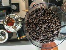 Τοπ ψημένος άποψη καφές στη μηχανή μύλων στοκ φωτογραφία με δικαίωμα ελεύθερης χρήσης
