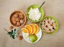 Τοπ όψη Επιτραπέζιοι διορισμοί για υγιές οργανικό BreakfastWalnut στοκ φωτογραφία