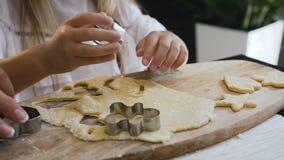 Τοπ όψη Ευτυχές οικογενειακό μαγείρεμα μαζί στην κουζίνα Μητέρα και κόρη που κατασκευάζουν τα μπισκότα στην κουζίνα Μητέρα και ελ απόθεμα βίντεο