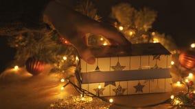 Τοπ όψη Ξύλινος καφετής πίνακας που διακοσμείται με την ουσία και τις γιρλάντες Χριστουγέννων christmas lights red απόθεμα βίντεο