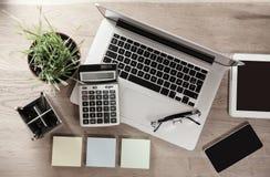 Τοπ όψη οικονομικός εργασιακός χώρος lap-top περιβάλλοντος υπολογισμών επιχειρηματιών χρυσή ιδιοκτησία βασικών πλήκτρων επιχειρησ Στοκ Φωτογραφίες