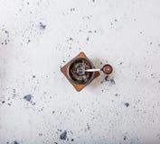 Τοπ όψη Παραδοσιακός ξύλινος μύλος μύλων καφέ στο άσπρο υπόβαθρο στοκ φωτογραφίες με δικαίωμα ελεύθερης χρήσης