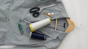 Τοπ όψη Σακάκι, ψαλίδι, ένα μολύβι, στροφία, κιμωλία, ψαλίδι για το νήμα, μια κρεμάστρα φιλμ μικρού μήκους