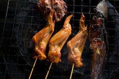 Τοπ όψη φτερό και γατόψαρο κοτόπουλου που ψήνονται στη σχάρα στη σόμπα χάλυβα αλλά SE Στοκ Φωτογραφία
