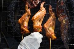 Τοπ όψη φτερό και γατόψαρο κοτόπουλου που ψήνονται στη σχάρα στη σόμπα χάλυβα αλλά SE Στοκ φωτογραφία με δικαίωμα ελεύθερης χρήσης