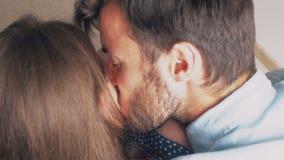 Τοπ όψη Όμορφο ευτυχές νέο χαμόγελο γονέων στον πολύτιμο νεογέννητο γιο τους 4K απόθεμα βίντεο