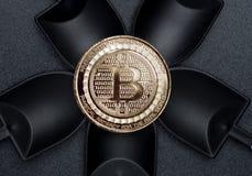 Τοπ crypto άποψης bitcoins νόμισμα πέρα από τη μαύρη μεταλλεία φτυαριών στο Μαύρο Στοκ φωτογραφίες με δικαίωμα ελεύθερης χρήσης