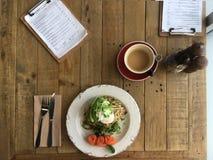 Τοπ fritters κολοκυθιών άποψης κυνήγησαν λαθραία σολομός αβοκάντο αυγών και bulle Στοκ Φωτογραφία